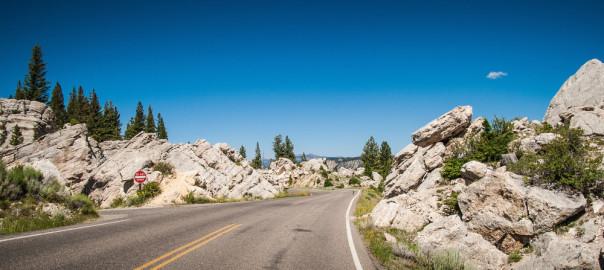 Eine Straße im Gebirge, die in unbekanntes Terrain führt.
