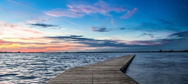 Ein einsamer Steg, der zum Strand hinführt.